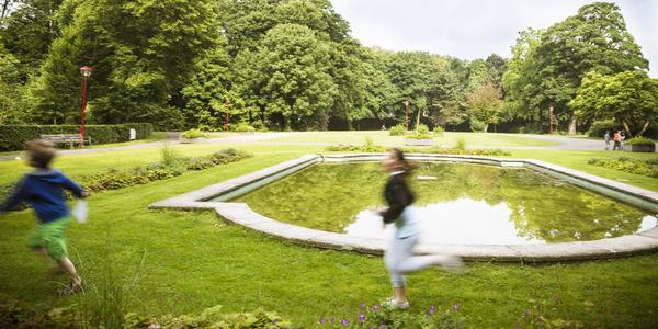 De ruime grasvelden en de bomen maken het Te Boelaarpark tot een oase van rust