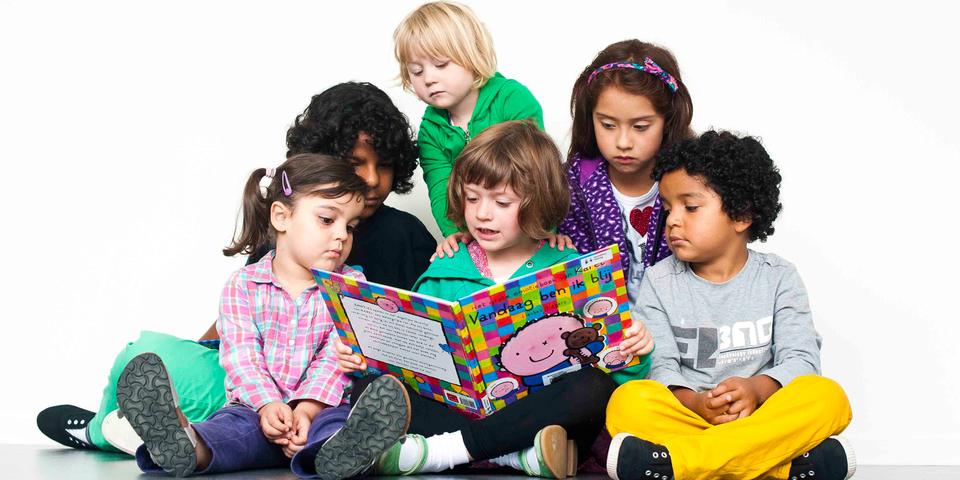 Kinderen lezen een prentenboek