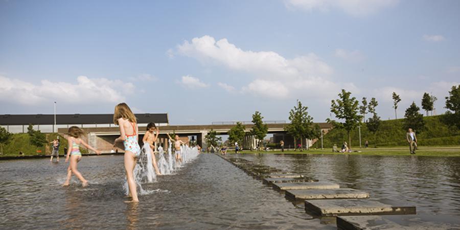 De fonteinen zijn op zomerse dagen een bron van speelvreugde
