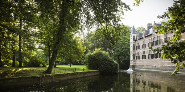Het Veldwijckpark, de parkgebouwen en de brug van de slotgracht zijn beschermde monumenten