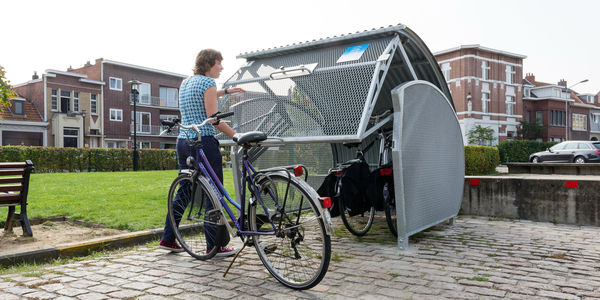 fietser opent fietstrommel