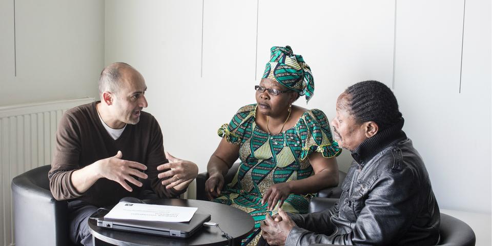 Leden van verenigingen praten met elkaar in een buurtsecretariaat.